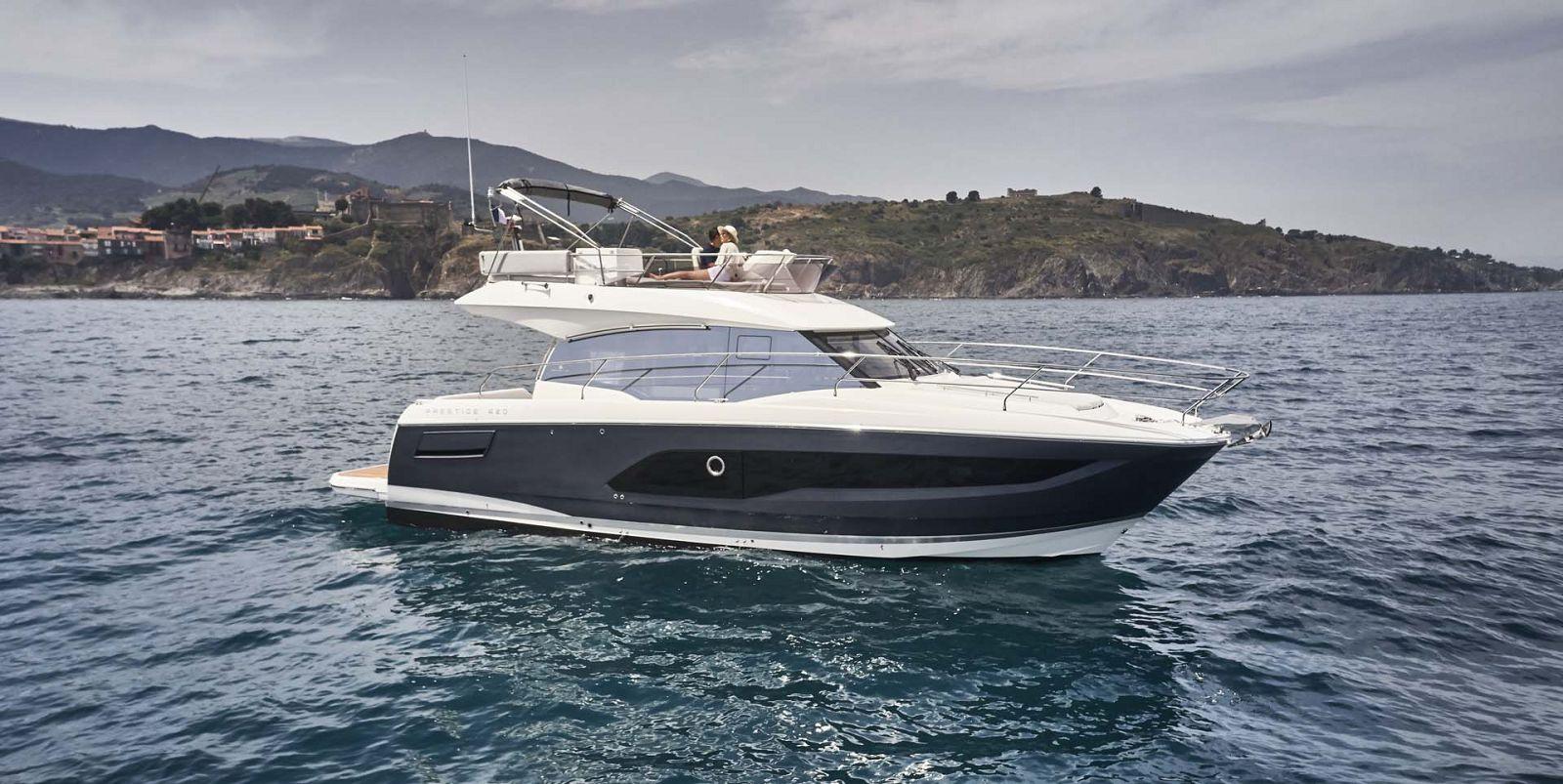 Prestige 420 Flybridge Yacht Exterior Profile