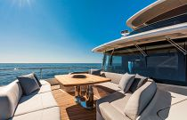 Absolute 73 Navetta Bow Lounge With Table And Seating