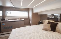 Prestige Yachts 520 FLY FWD Stateroom Vip
