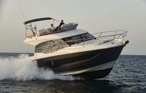 Prestige Yachts 420 Flybridge Cruising at 22 Knots